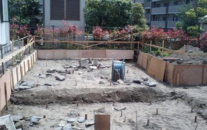 根切り。 着工、土の掘り起こしをしています。